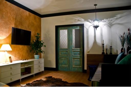 Двустворчатые купе — отличный выбор для не самых огромных помещений. Створки прячутся в стене, а это значит, что они не будут мешать. Можно ставить мебель рядом и не опасаться за пространство в узких коридорах.