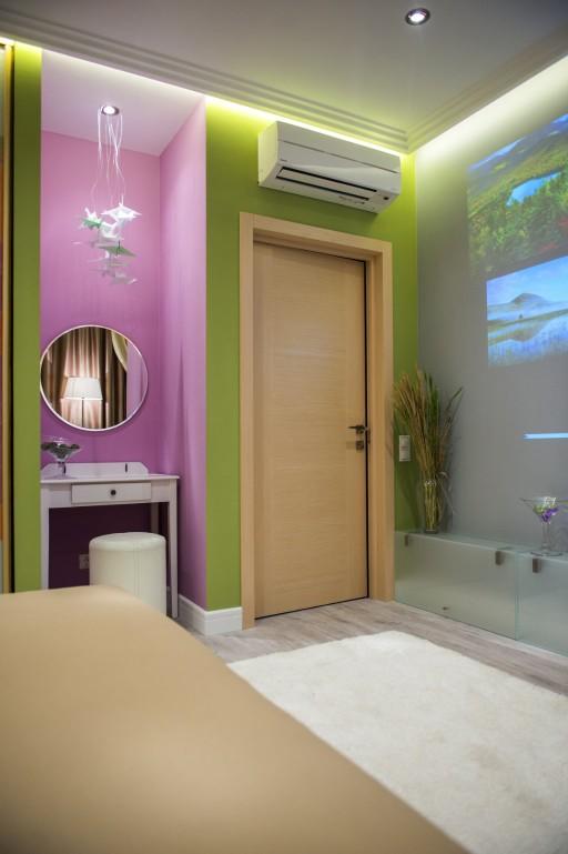 Общее пространство одного из наших ярких проектов. Цветовая гамма подсказала выбор двери в пользу лаконичной модели из ассортимента фабрики Браво.