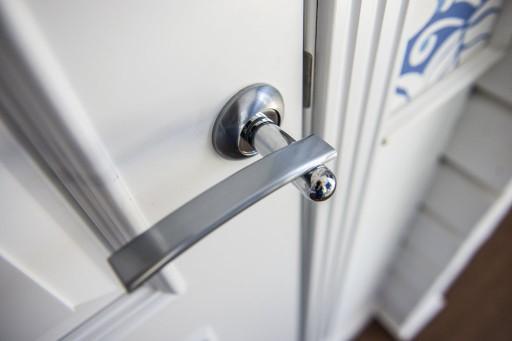 Фурнитура — часть образа двери. Если вам необходима консультация по подбору фурнитуры, наши ребята знают о плюсах и минусах достаточно, чтобы помочь вам.